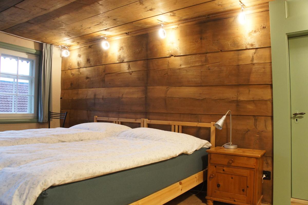 Gästezimmer nordost im 2. Stock mit alter Holzwand und Holzdecke